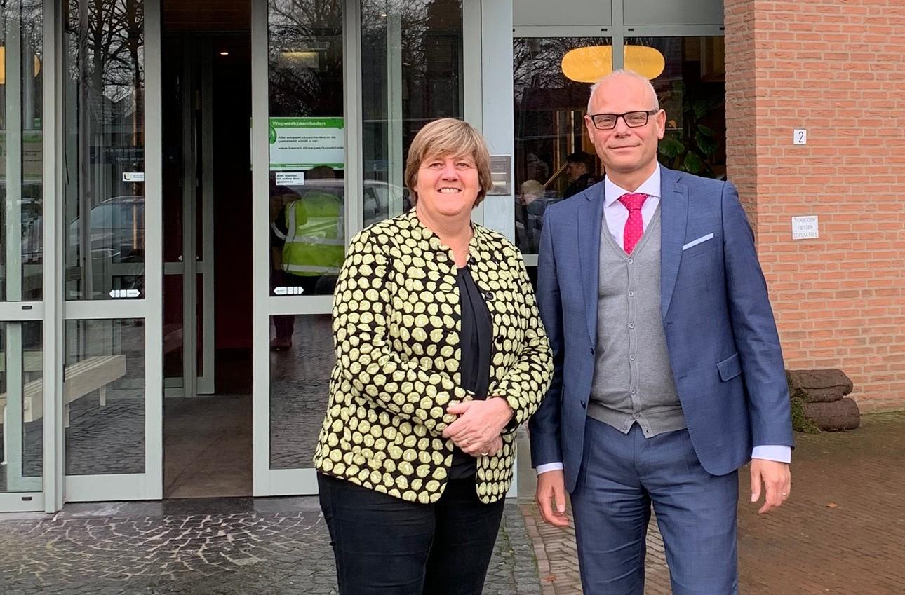 Joan van den Akker en Marion Denissen (gemeentesecretaris resp. afdelingshoofd dienstverlening gemeente Haaren